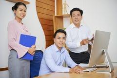 Hombres de negocios que trabajan junto foto de archivo libre de regalías