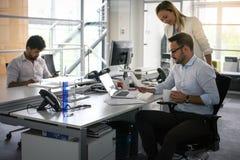 Hombres de negocios que trabajan a hombres de negocios juntos en oficina coll Fotografía de archivo libre de regalías