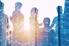 Hombres de negocios que trabajan juntos en oficina con efecto de la red Concepto de trabajo en equipo y de sociedad Exposición do stock de ilustración