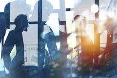 Hombres de negocios que trabajan juntos en oficina Concepto de trabajo en equipo, de sociedad y de inicio Exposición doble ilustración del vector