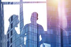 Hombres de negocios que trabajan juntos en oficina Concepto de trabajo en equipo y de sociedad Exposición doble ilustración del vector