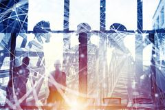 Hombres de negocios que trabajan juntos en oficina Concepto de trabajo en equipo y de sociedad Exposici?n doble imagen de archivo libre de regalías