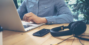 Hombres de negocios que trabajan la tabla de escritorio moderna de madera del ordenador portátil Encargado Researching Process De Imágenes de archivo libres de regalías