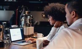 Hombres de negocios que trabajan tarde en el ordenador portátil Fotografía de archivo libre de regalías