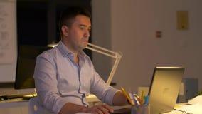 Hombres de negocios que trabajan tarde en la oficina de la noche almacen de video
