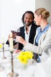 Hombres de negocios que tuestan en trato con el vino Fotos de archivo