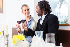 Hombres de negocios que tuestan en trato con el vino Fotografía de archivo