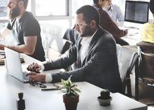 Hombres de negocios que usan concepto de trabajo del ordenador imagenes de archivo