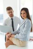 Hombres de negocios que usan el ordenador portátil en Ofiice Imagen de archivo