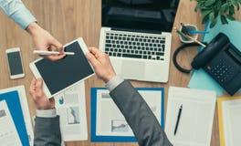 Hombres de negocios que usan una tableta digital fotos de archivo libres de regalías