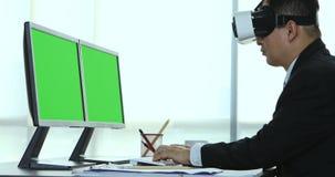 Hombres de negocios que ven el contenido del dispositivo de VR metrajes