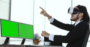 Hombres de negocios que ven el contenido del dispositivo de VR almacen de metraje de vídeo