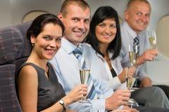 Hombres de negocios que vuelan el champán de la bebida del aeroplano imágenes de archivo libres de regalías