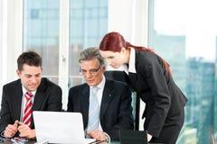 Hombres de negocios - reunión del equipo en una oficina Foto de archivo libre de regalías