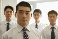 Hombres de negocios serios en la oficina que mira la cámara, retrato Imágenes de archivo libres de regalías