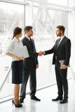 Hombres de negocios Socio comercial acertado que sacude las manos en th Imagen de archivo libre de regalías