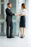 Hombres de negocios Socio comercial acertado que sacude las manos en th Fotos de archivo