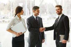 Hombres de negocios Socio comercial acertado que sacude las manos en th Imagen de archivo