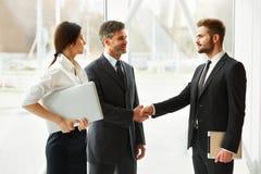 Hombres de negocios Socio comercial acertado que sacude las manos en th Fotos de archivo libres de regalías