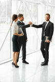 Hombres de negocios Socio comercial acertado que sacude las manos en th Foto de archivo libre de regalías