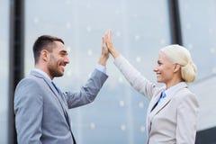 Hombres de negocios sonrientes al aire libre Fotos de archivo