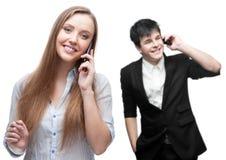 Hombres de negocios sonrientes felices que llaman por el teléfono móvil Imagenes de archivo