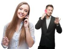 Hombres de negocios sonrientes felices que llaman por el teléfono móvil Foto de archivo libre de regalías