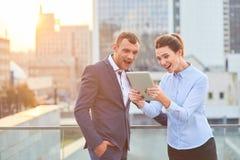 Hombres de negocios sorprendentes con la tableta Fotografía de archivo