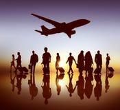 Hombres de negocios traseros del aeroplano del Lit que viaja del concepto del aeropuerto foto de archivo libre de regalías