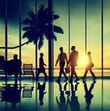 Hombres de negocios traseros del aeroplano del Lit que viaja del concepto del aeropuerto Foto de archivo