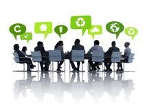 Hombres de negocios verdes que tienen una reunión Foto de archivo libre de regalías