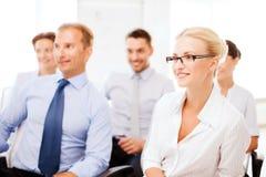 Hombres de negocios y empresarias en conferencia fotografía de archivo