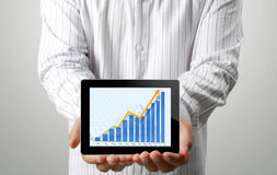 Hombres de negocios y, gráfico en una tablilla Imagen de archivo libre de regalías
