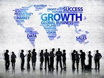 Hombres de negocios y mapa del mundo con crecimiento de la palabra Fotos de archivo libres de regalías