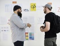 Hombres de negocios y taller de la presentación del tablero de la estrategia fotos de archivo