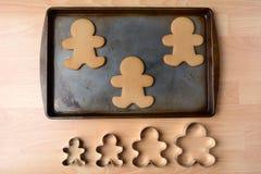 Hombres de pan de jengibre de la hornada Imágenes de archivo libres de regalías