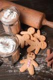 Hombres de pan de jengibre y cappucino Imagen de archivo libre de regalías