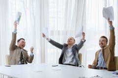 Hombres de risa felices del éxito empresarial que celebran foto de archivo libre de regalías