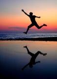 Hombres de salto de la silueta Foto de archivo