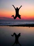 Hombres de salto de la silueta Foto de archivo libre de regalías