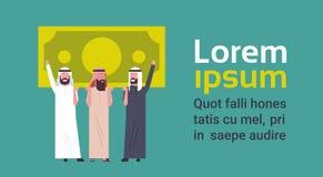 Hombres de Team Of Successful Arab Business que llevan a cabo éxito del billete de banco del dólar y concepto financieros del tra Imágenes de archivo libres de regalías