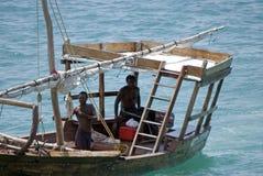 Hombres de Zanzibari en un barco de pesca, ciudad de piedra, Zanzíbar, Tanzania Imagenes de archivo