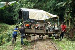 Hombres del Afro-ecuatoriano que dan vuelta a un ` del tren de fantasma del ` en la selva imágenes de archivo libres de regalías