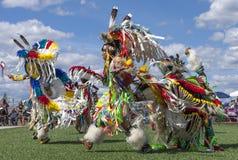 Hombres del nativo americano que bailan en el powwow Imagen de archivo