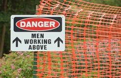 Hombres del peligro que trabajan arriba Fotografía de archivo