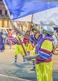 Hombres del traje con la bandera que marchan en el desfile de carnaval de Uruguay Foto de archivo
