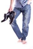 Hombres descalzos y zapatos de la explotación agrícola Fotos de archivo libres de regalías