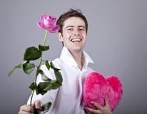 Hombres divertidos con el corazón de la rosa y del juguete. Imagenes de archivo