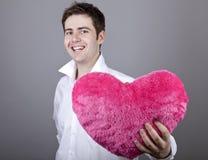 Hombres divertidos con el corazón del juguete. Imagen de archivo libre de regalías