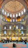 Hombres durante la rogación en Yeni Mosque en Estambul Imágenes de archivo libres de regalías